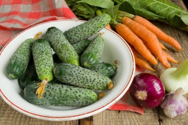 salat-na-zimu-sladkie-ogurchiki-05-640x426
