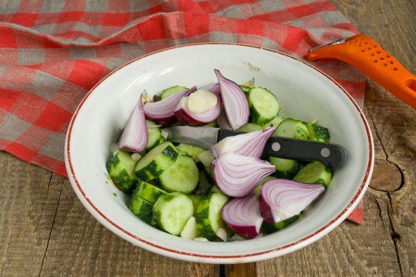 salat-na-zimu-sladkie-ogurchiki-08