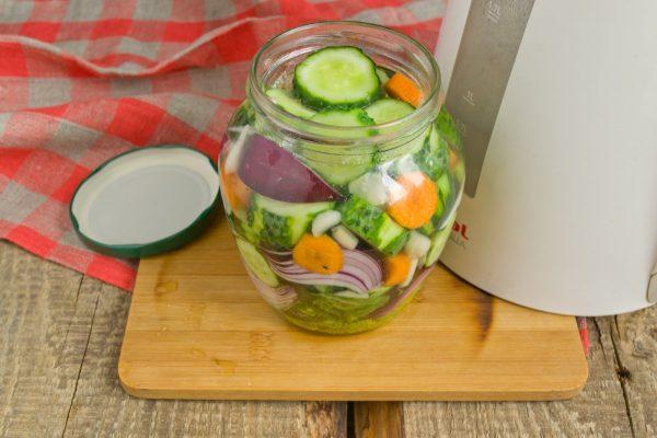 salat-na-zimu-sladkie-ogurchiki-11
