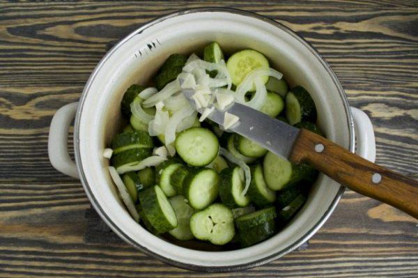 salat-iz-ogurtsov-na-zimu-prostoj-7