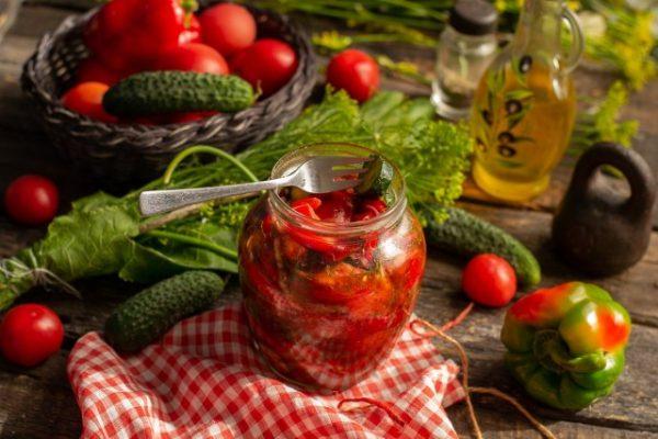 salat-iz-pomidorov-i-ogurtsov-na-zimu-samyiy-vkusnyiy-retsept-01-640x427