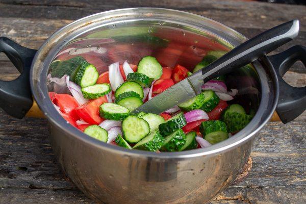 salat-iz-pomidorov-i-ogurtsov-na-zimu-samyiy-vkusnyiy-retsept-07