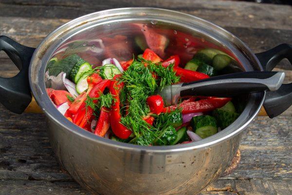 salat-iz-pomidorov-i-ogurtsov-na-zimu-samyiy-vkusnyiy-retsept-09