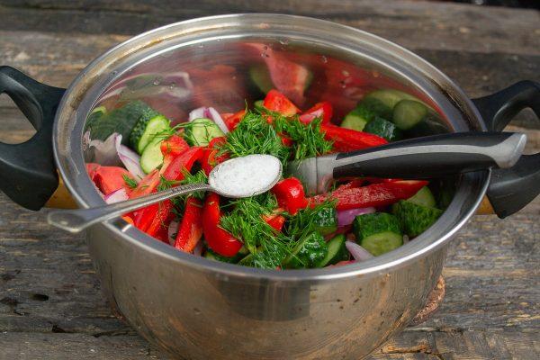 salat-iz-pomidorov-i-ogurtsov-na-zimu-samyiy-vkusnyiy-retsept-10