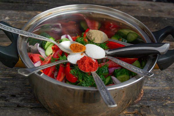 salat-iz-pomidorov-i-ogurtsov-na-zimu-samyiy-vkusnyiy-retsept-11
