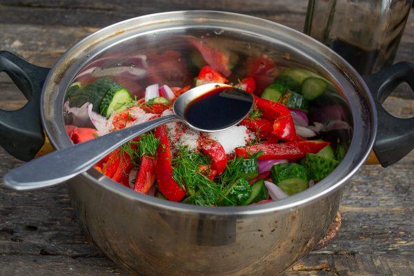 salat-iz-pomidorov-i-ogurtsov-na-zimu-samyiy-vkusnyiy-retsept-12