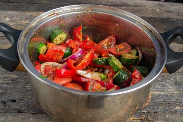 salat-iz-pomidorov-i-ogurtsov-na-zimu-samyiy-vkusnyiy-retsept-13