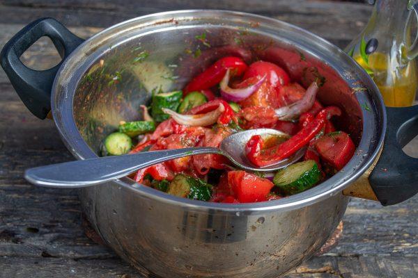 salat-iz-pomidorov-i-ogurtsov-na-zimu-samyiy-vkusnyiy-retsept-15