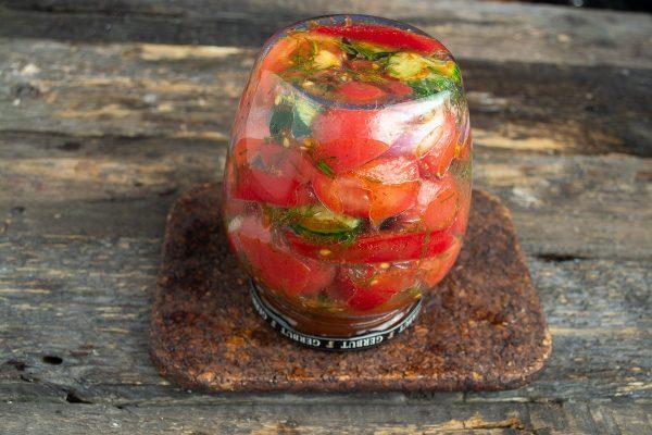 salat-iz-pomidorov-i-ogurtsov-na-zimu-samyiy-vkusnyiy-retsept-17