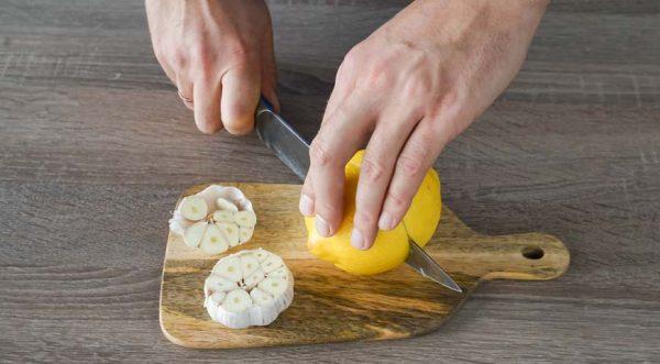 Kuritsa_-zapechennaya-v-folge_-razrezhte-limon