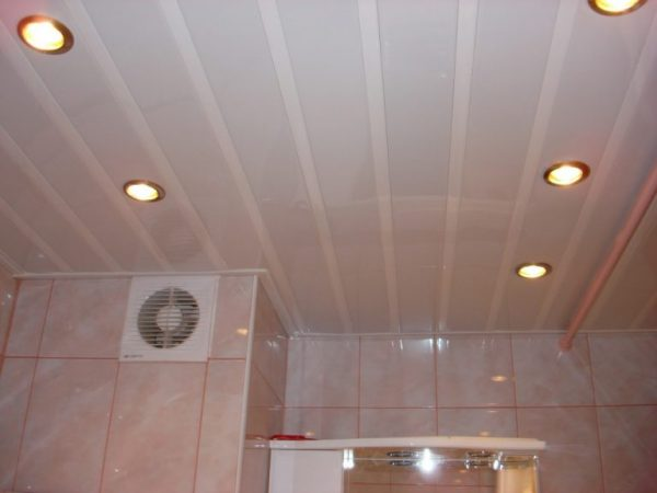 Montazh-potolka-plastikovyh-panelej-i-svetilnikov-dlja-vannoj0-768x576-1