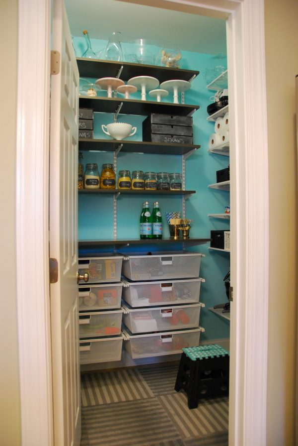 bright-kitchen-pantry-117