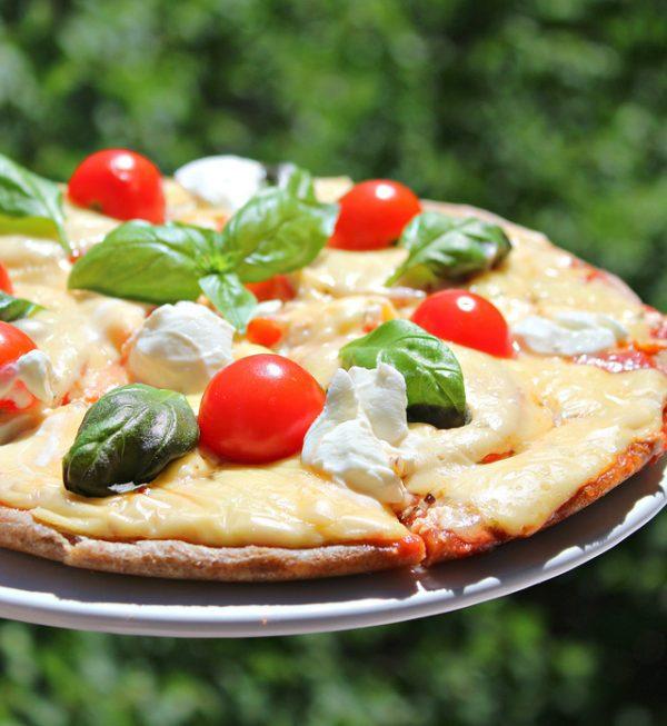Необыкновенно вкусная мини-пицца с базиликом и томатами черри. Просто и быстро!