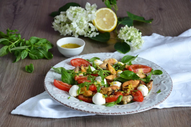 Салат с мидиями, моцареллой и рукколой рецепт с фото пошагово и ...