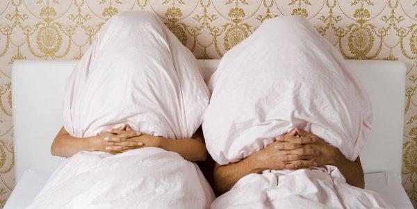 Почему супругам не стоит спать под разными одеялами
