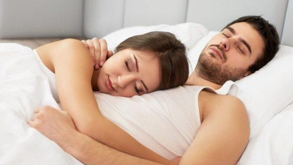 Позы сна в паре: спать вместе или отдельно друг от друга?