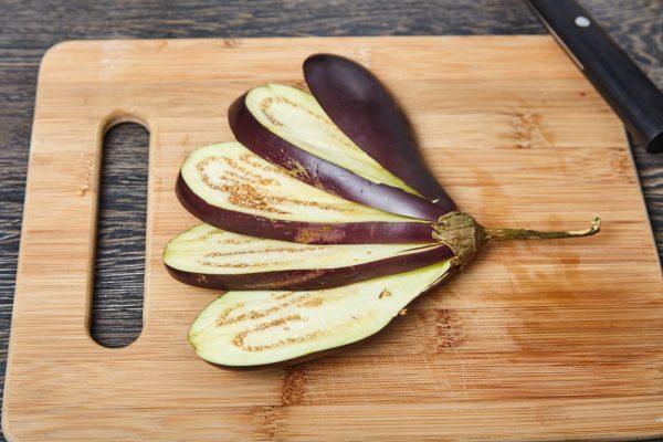 Выкладываем баклажаны веером для веером запеченных баклажанов с помидорами и сыром фета