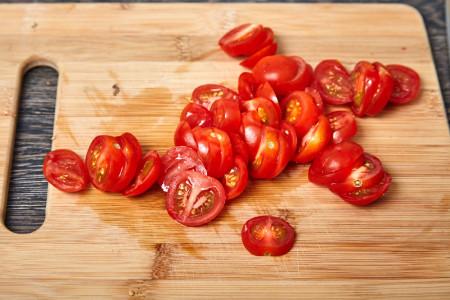 Помидоры нарезаем кружочками для веером запеченных баклажанов с помидорами и сыром фета