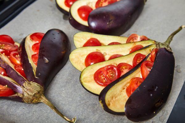 На каждую пластинку выкладываем 3-4 кружочка помидоров для веером запеченных баклажанов с помидорами и сыром фета