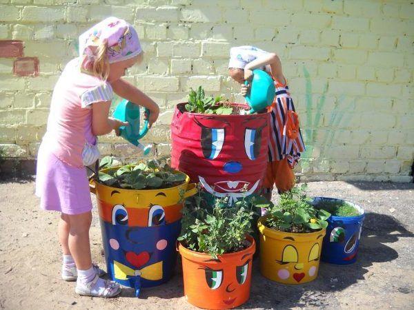 Для украшения сада можно создать симпатичные поделки из негодных ведер, бочек, леек или кухонной утвари. Если выкрасить их в яркие цвета, то… | Поделки, Сад, Огород